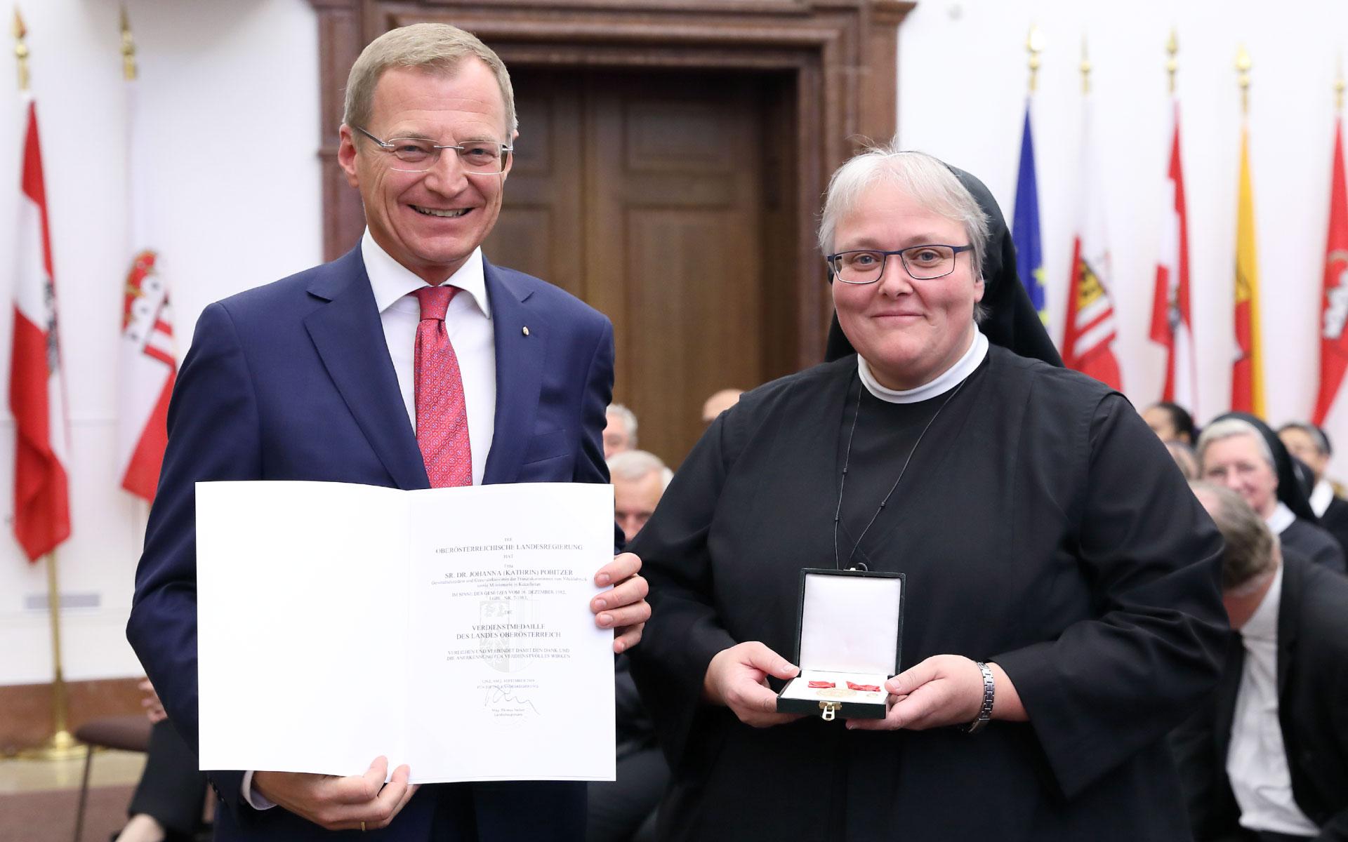 LH Stelzer überreicht Sr. Johanna die Verdienstmedaille des Landes Oö (Foto: Vanessa Ehrengruber)