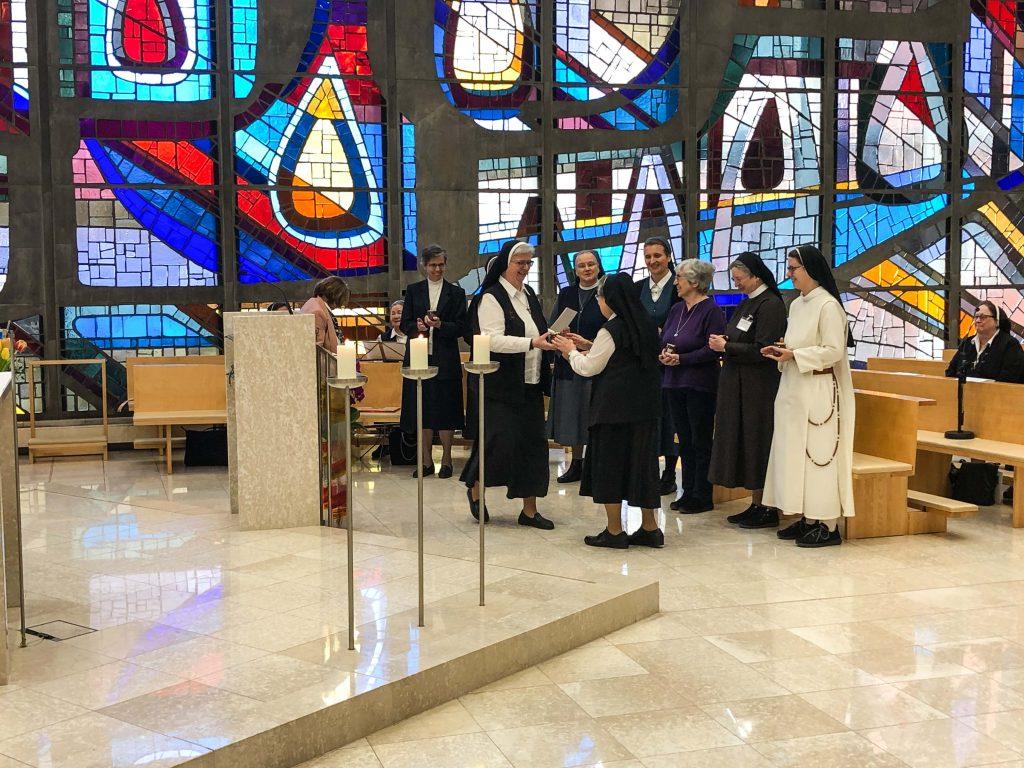 Die Stellvertretende Vorsitzende der Österreichischen Ordenskonferenz Sr. Franziska Bruckner bedankt sich bei der ehemaligen Präsidentin der Frauenorden Sr. Beatrix Mayrhofer (c) martin gsellmann